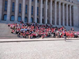 Eduskuntatalon portaat täyttyivät osallistujista. Kuva: Annu Piensoho