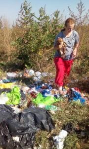 Anda ja Alina poimivat 1.10 roskakasasta pienen Zina tytön.