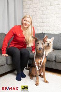 Mari Hilpinen kahden koiransa kanssa.